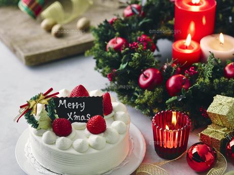 クリスマスケーキとクリスマスの装飾の写真素材 [FYI04634429]