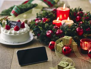 クリスマスケーキとクリスマスの装飾とスマートフォンの写真素材 [FYI04634431]