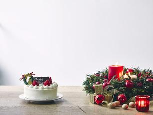 クリスマスケーキとクリスマスの装飾の写真素材 [FYI04634435]