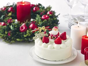 クリスマスケーキとクリスマスの装飾の写真素材 [FYI04634437]
