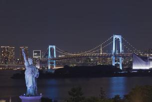 東京夜景 自由の女神とレインボーブリッジのブルーライトアップと東京タワー夜景の写真素材 [FYI04634475]