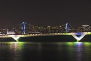 東京夜景 豊洲大橋とレインボーブリッジのブルーライトアップ夜景の写真素材 [FYI04634476]
