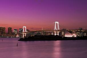 東京夜景 レインボーブリッジと東京タワー暮色の写真素材 [FYI04634481]
