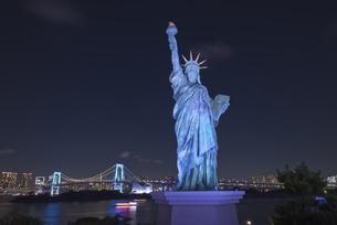 東京夜景 自由の女神とレインボーブリッジのブルーライトアップ夜景の写真素材 [FYI04634488]