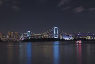 東京夜景 レインボーブリッジのブルーライトアップと東京タワー夜景の写真素材 [FYI04634490]