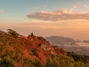 【香川県 小豆島】山肌の紅葉が赤く染まる秋の夕方の寒霞渓の写真素材 [FYI04634533]