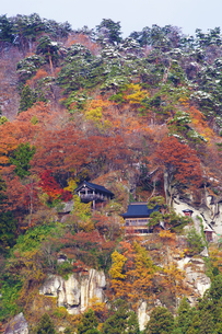 雪と紅葉の山寺の写真素材 [FYI04634569]