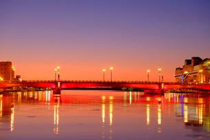 ライトアップされた幣舞橋レッドの写真素材 [FYI04634575]