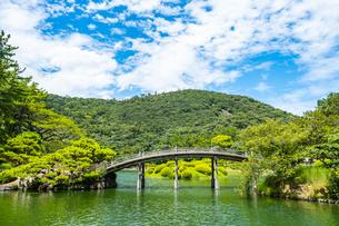 【香川県高松市】栗林公園の中の偃月橋の写真素材 [FYI04634593]