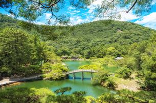 【香川県高松市】飛来峰からみる栗林公園の様子の写真素材 [FYI04634594]