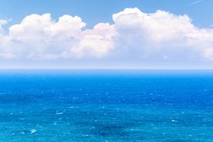 【ハワイ】真夏の青い海と入道雲の様子の写真素材 [FYI04634598]
