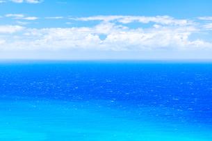 【ハワイ】真夏の青い海と入道雲の様子の写真素材 [FYI04634601]
