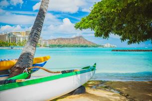 【ハワイ オアフ島】ワイキキビーチからみるダイヤモンドヘッドとボートの風景の写真素材 [FYI04634606]