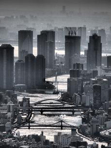 モノクロのミステリアスな雰囲気に包まれたの東京のウォーターフロントの街並みの写真素材 [FYI04634618]