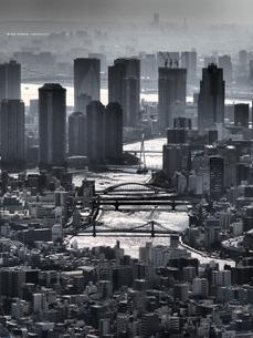 モノクロのミステリアスな雰囲気に包まれたの東京のウォーターフロントの街並みの写真素材 [FYI04634619]