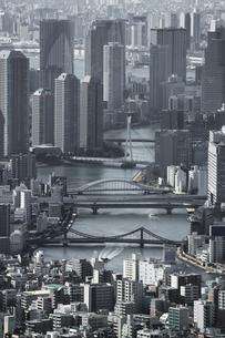 隅田川の沿いの東京ウォーターフロントに立ち並ぶのタワーマンションの写真素材 [FYI04634626]