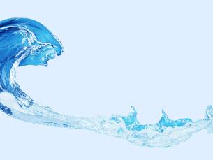 青い背景の水が波を打っている様子の写真素材 [FYI04634738]