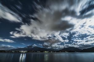 夜の河口湖富士山の写真素材 [FYI04634802]