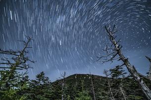 御岳県立自然公園 星空日周運動の写真素材 [FYI04634856]