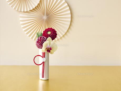生花と正月飾りの写真素材 [FYI04634904]