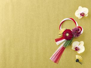 しめ縄飾りと花の写真素材 [FYI04634912]