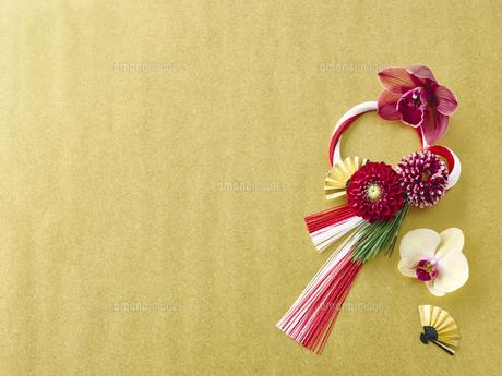 しめ縄飾りと花の写真素材 [FYI04634915]