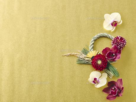 しめ縄飾りと花の写真素材 [FYI04634918]