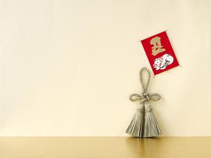 しめ縄飾りと正月飾りの写真素材 [FYI04634919]