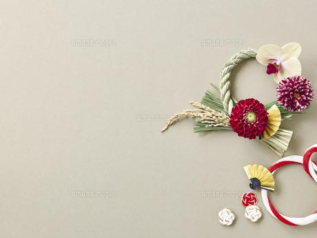 しめ縄飾りと正月飾りの写真素材 [FYI04634925]