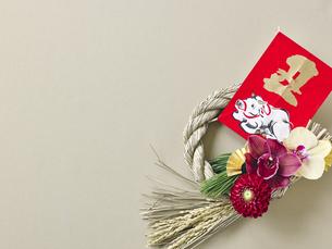 しめ縄飾りと正月飾りの写真素材 [FYI04634929]