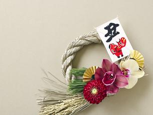 しめ縄飾りと正月飾りの写真素材 [FYI04634941]