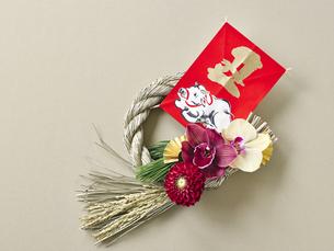 しめ縄飾りと正月飾りの写真素材 [FYI04634943]