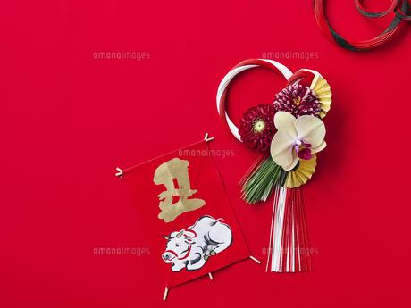 しめ縄飾りと正月飾りの写真素材 [FYI04634952]