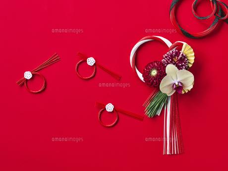 しめ縄飾りと正月飾りの写真素材 [FYI04634954]