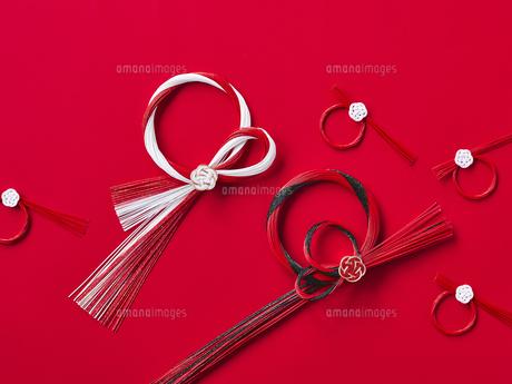 しめ縄飾りと正月飾りの写真素材 [FYI04634959]