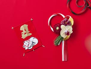 しめ縄飾りと正月飾りの写真素材 [FYI04634966]