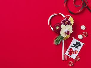 しめ縄飾りと正月飾りの写真素材 [FYI04634968]