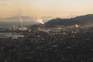 【愛媛県 四国中央市】翠波高原から見る朝方の街並みの風景の写真素材 [FYI04635256]