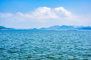 【香川県】雲が浮かぶ瀬戸内海の自然風景の写真素材 [FYI04635259]