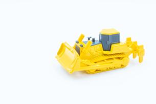 【工事現場】1台の黄色のブルドーザー ミニカーの写真素材 [FYI04635350]