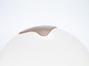 球体の上に液体のファンデーションが滴れる様子の写真素材 [FYI04635431]