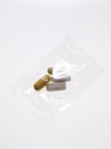 白い背景の透明な袋に包装されたサプリメントの写真素材 [FYI04635448]