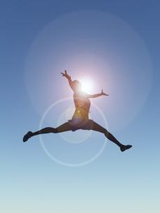 ジャンプする女性のイラスト素材 [FYI04635479]