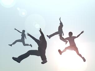 ジャンプする男女4人のイラスト素材 [FYI04635485]