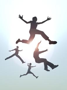ジャンプする男女4人のイラスト素材 [FYI04635486]