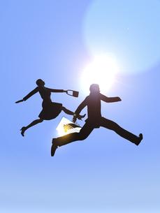 ジャンプするビジネスマンとビジネスウーマンのイラスト素材 [FYI04635489]