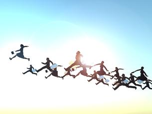 空を渡る大勢のビジネスマンとビジネスウーマンのイラスト素材 [FYI04635490]