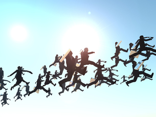 空を渡る大勢のビジネスマンとビジネスウーマンのイラスト素材 [FYI04635491]