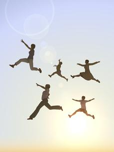 逆光下でジャンプする女性5人のイラスト素材 [FYI04635497]