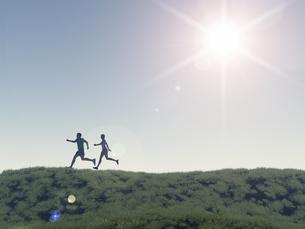 丘をランニングする男女二人のイラスト素材 [FYI04635541]